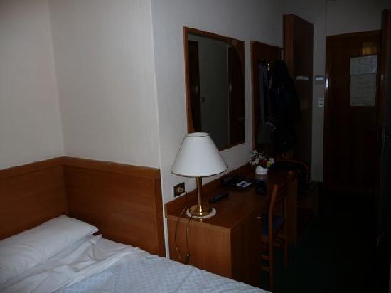 Hotel Helvetia: Looking toward entrance to room