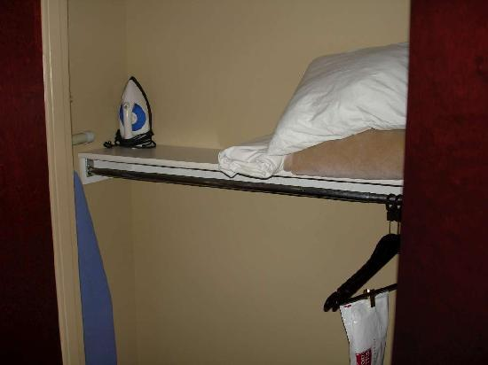 Holiday Inn Express & Suites Mobile West - I-65: Closet