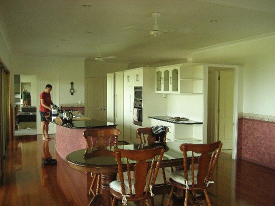 Island View Bed and Breakfast: villa kitchen and master