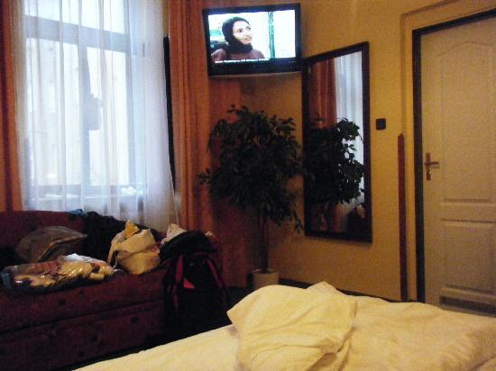 Hotel Victoria : with large tv and clean bathroom