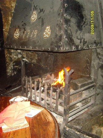 Queen's Head Inn: Queens Head Inn Fire place