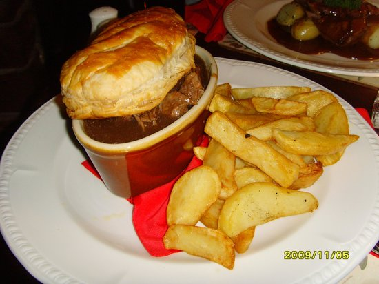 Queen's Head Inn: Main course - Slow cooked beef with black pudding and Cumberland sausage pie served with home ma