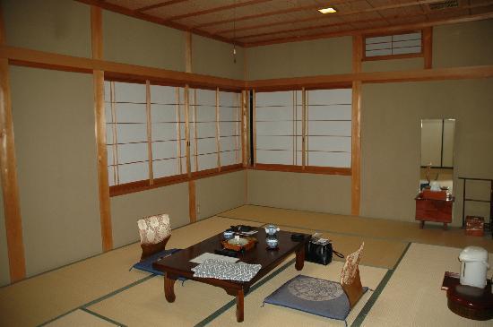 Ryori Ryokan Komakusa: picture of room (with blinds shut)