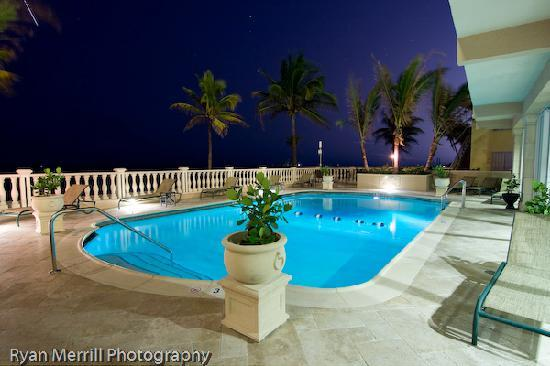 Sea Lord Hotel & Suites: Pool deck at night