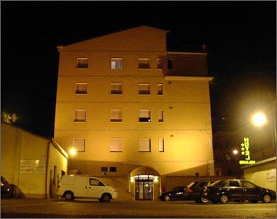 Hotel Milano: Vista notturna dal nostro ampio parcheggio
