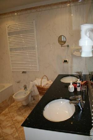 Excelsior Dolomites Life Resort: bagno2