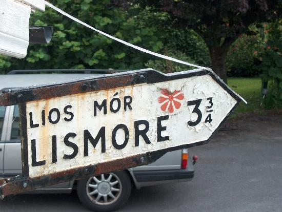 Lismore, Irland: Sign attached to the Lodge. In the back the old Volvo