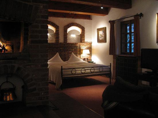 Romantik Hotel U Raka: the bed and the fireplace