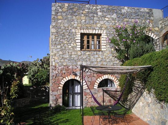 Refugio Romano: Vista de cuartos, desde el jardín