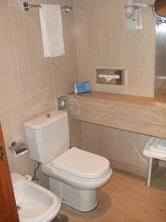 NH Lisboa Campo Grande: Entrada baño