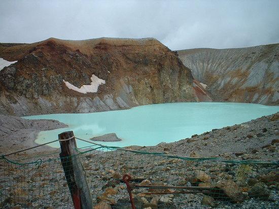 Kusatsu-machi, Japan: 酸性湖だから転げ落ちたりしないよう眺めましょう。