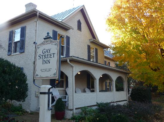 Gay Street Inn: Inn with fall foliage