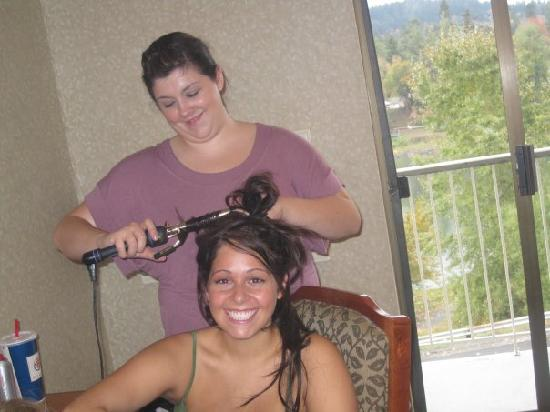 BEST WESTERN Plus Rivershore Hotel: the bride to be getting her hair curled