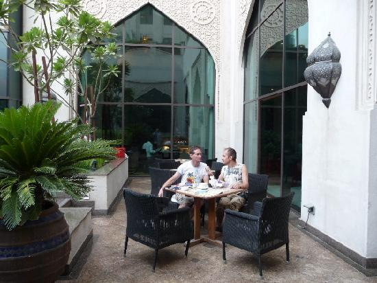 Manzil Downtown Dubai: Morning coffee in the courtyard