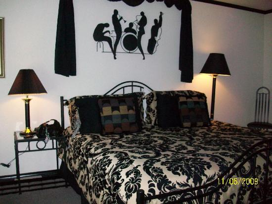 Adaberry Inn: The bed in New Orleans room