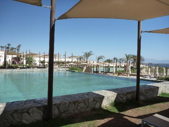فندق لي ميريديان ذهب: vue de la piscine la moins sâle mais la plus froide (23°)