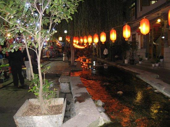 The Laughing Lotus Inn: calles de noche