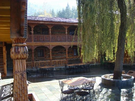 Наггар, Индия: Courtyard and Restaurant