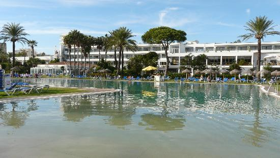 Piscine principale photo de atalaya park hotel estepona for O piscine otterburn park