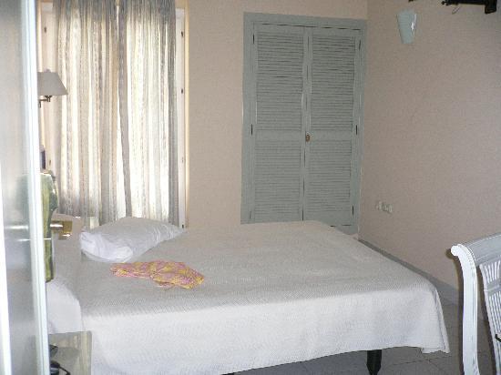 Hotel Plaza Cavana: habitación INDIVIDUAL (Vista desde la puerta)