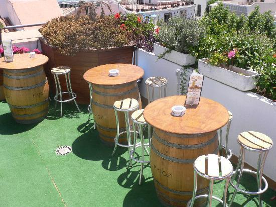 Hotel Plaza Cavana: MESAS Y PLANTAS DEL BAR DE LA PISCINA