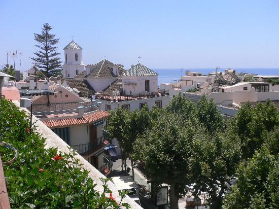 Hotel Plaza Cavana: VISTAS A LA IGLESIA DESDE LA PISCINA (Detrás de la Iglesia está el Balcón de Europa)