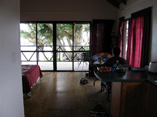Muri Beach Cottages: inside larger cottage