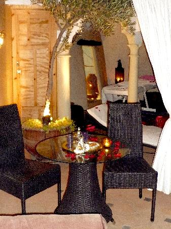 Riad Dollar Des Sables: Romantic dinner on the terrace  level