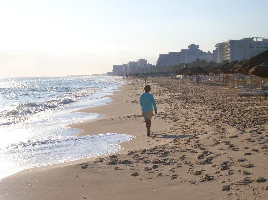 Le Monaco Residence Hotel & Spa : beach walk in front of hotel