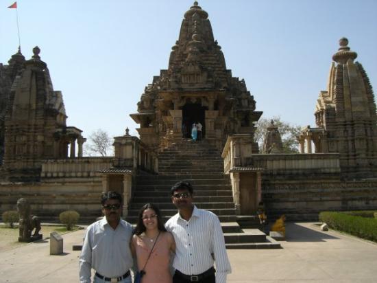 วัดขจุราโห: Con Sushil y Nitin, mis estudiantes de espanol... y otro templo en el fondo!