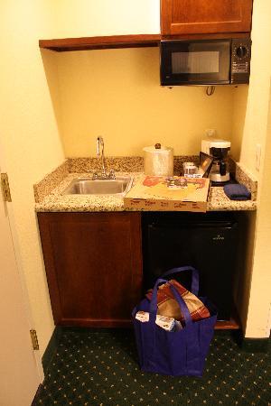 SpringHill Suites Boston Peabody: Room #515, mini 1/2 kitchen area.