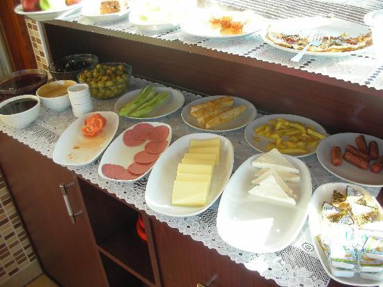 Berce Hotel : breakfast spread