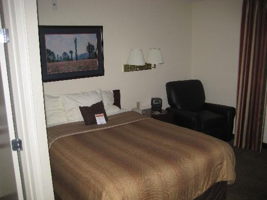 Candlewood Suites Las Vegas: The bed.  Not bad.
