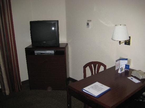 Candlewood Suites Las Vegas: Smallish TV we never had on and the desk which worked well.