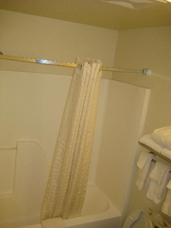 Candlewood Suites Las Vegas: Shower/Bath.  Newer surround.