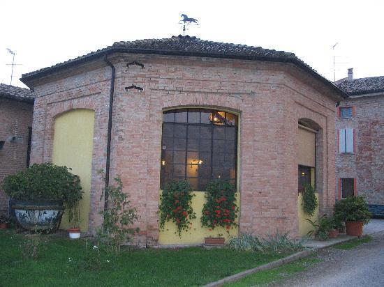 Fiorenzuola d'Arda, Italy: L'ex caseificio dell'azienda agricola ora locale ristorante