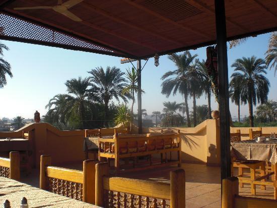 El Nakhil Hotel & Restaurant: Restaurant sur la terrasse