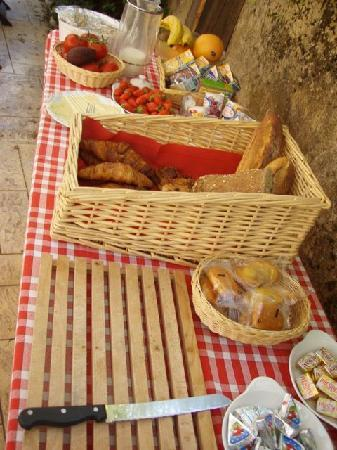 Saint-Cyprien, Frankrike: Everything you could want for breakfast.