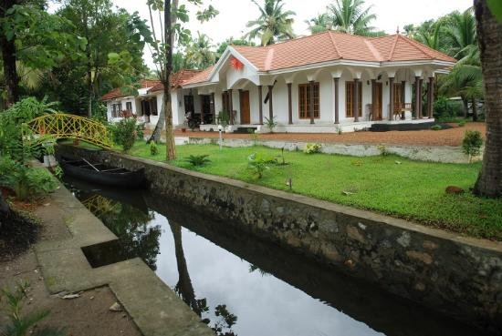 Coconut Creek Farm and Homestay Kumarakom : inside canal in coconut creek kumarakom bed and breakfast