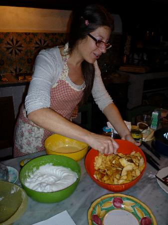 Sesto Fiorentino, Italia: Costanza making an apple pie