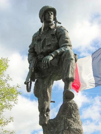 Sainte-Marie-du-Mont, France: Iron Mike Statue