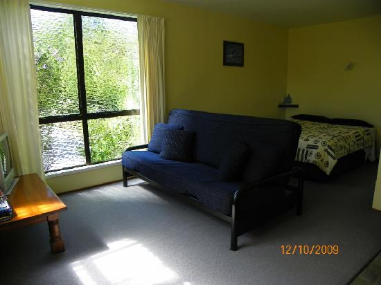 Sails Motel: sofa