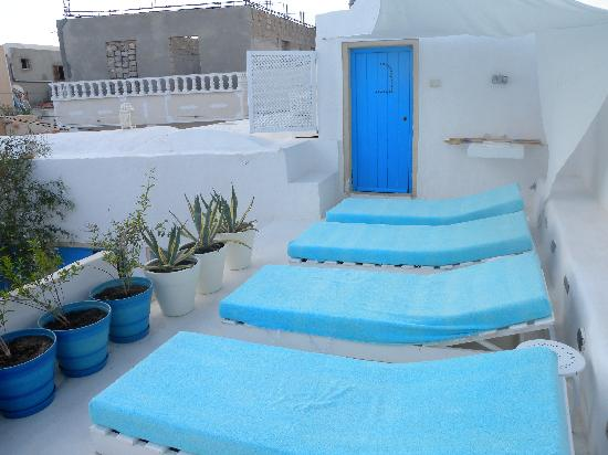 Erriadh, Tunisien: sunbathing on roof