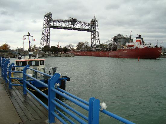 Port Colborne, Canada: Cool ships in the canal