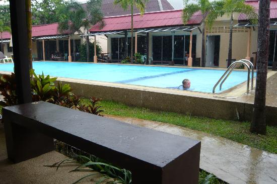 Rico's Bungalows: pool & bungalows surrounding it