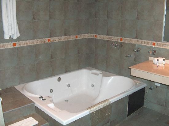 Hotel Cordon del Plata: The double spa bath in the suite's bathroom