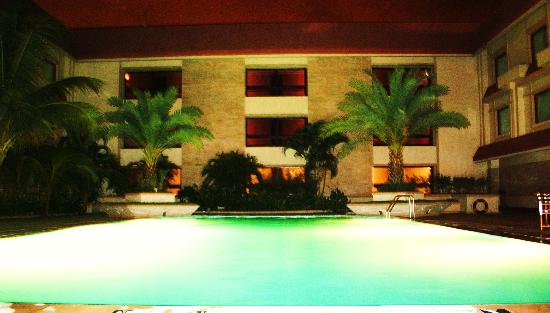 The Ummed Ahmedabad: Lovely poolside, late evening.