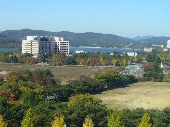 The-K Gyeongju Hotel: 部屋からの晋門湖を眺める