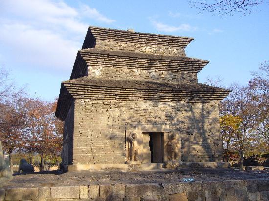 Gyeongju, South Korea: 巨大な三層石塔