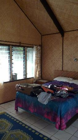 Inano Beach Bungalows: thatched walls and roof and very comfy bed